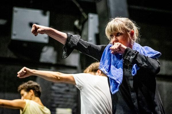 Představení je spoluprací souboru 420PEOPLE s francouzsko-českou herečkou Chantal Poullain. Foto: www.pixpo.cz