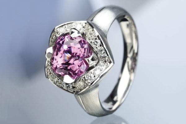 Dámský prsten z bílého zlata s růžovým safírem a diamanty. Foto: www.esterstyl.cz