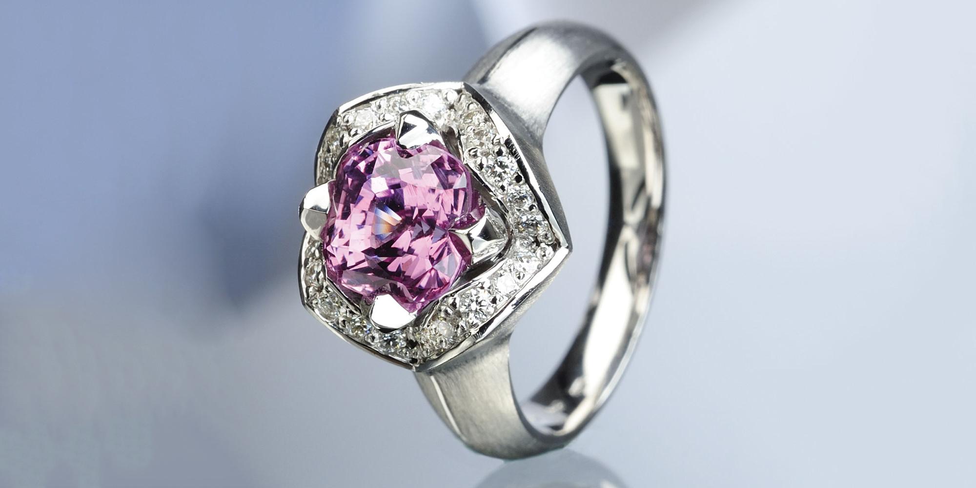 Dámský prsten z bílého zlata s růžovým safírem a diamanty.