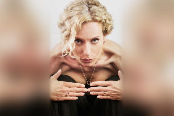 Moderátorka Kristina Kloubková předvádí prsteny a náhrdelník s barevnými safíry. Foto: Pavel Ovsík, pixpo.cz
