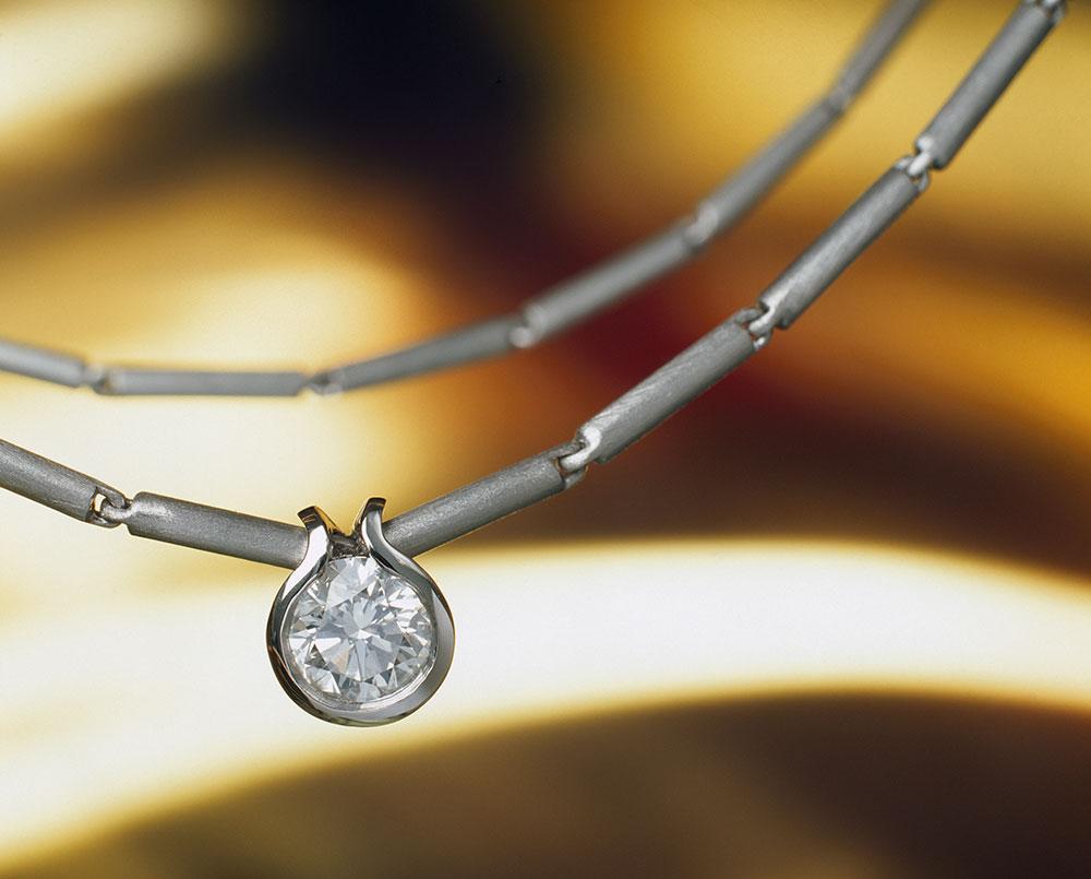 Náhrdelník z platiny s přívěškem s jednokarátovým diamantem.