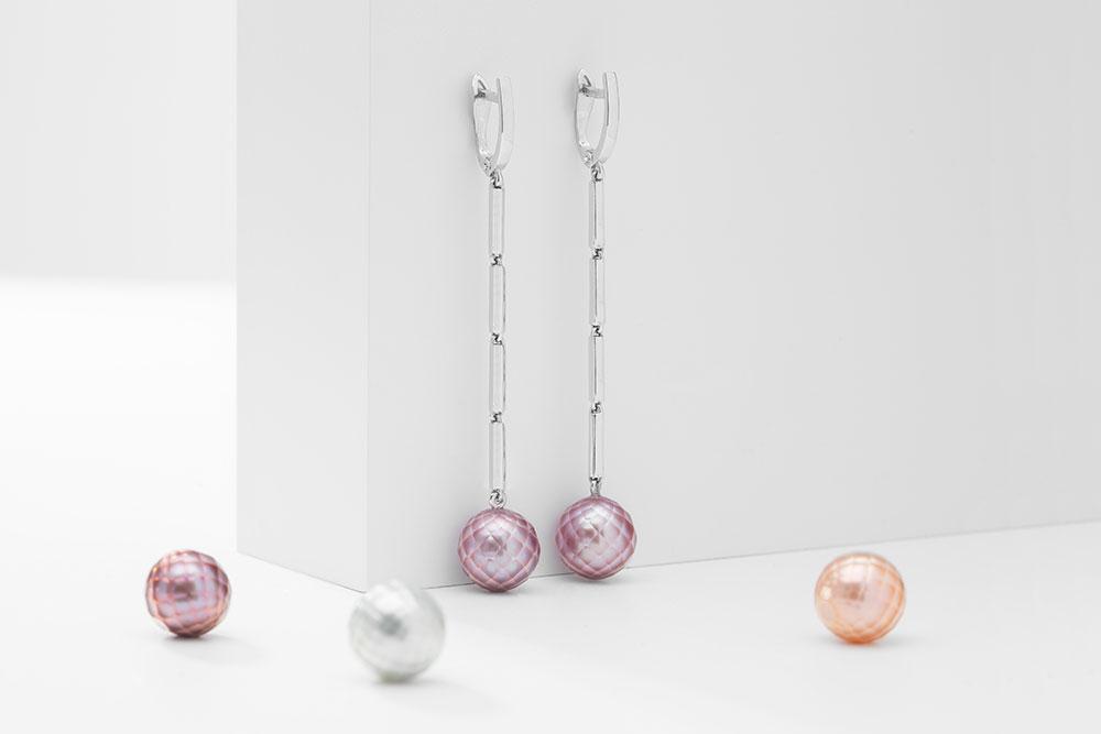 Náušnice z bílého zlata s broušenými fialovými perlami.