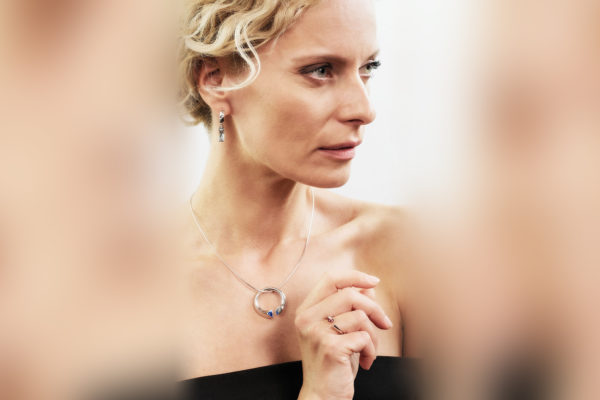 Náušnice z bílého zlata s modrými topazy, přívěšek z bílého zlata s modrým safírem a prsten z bílého zlata s růžovým safírem představuje Kristina Kloubková. Foto: Pavel Ovsík, pixpo.cz