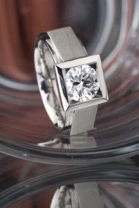 Pánský prsten z platiny s dvoukarátovým diamantem