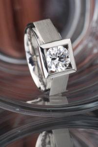 Pánský́ prsten z platiny s dvoukarátovým diamantem