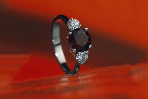 Prsten z bílého zlata s českým granátem a diamanty. Foto: www.esterstyl.cz