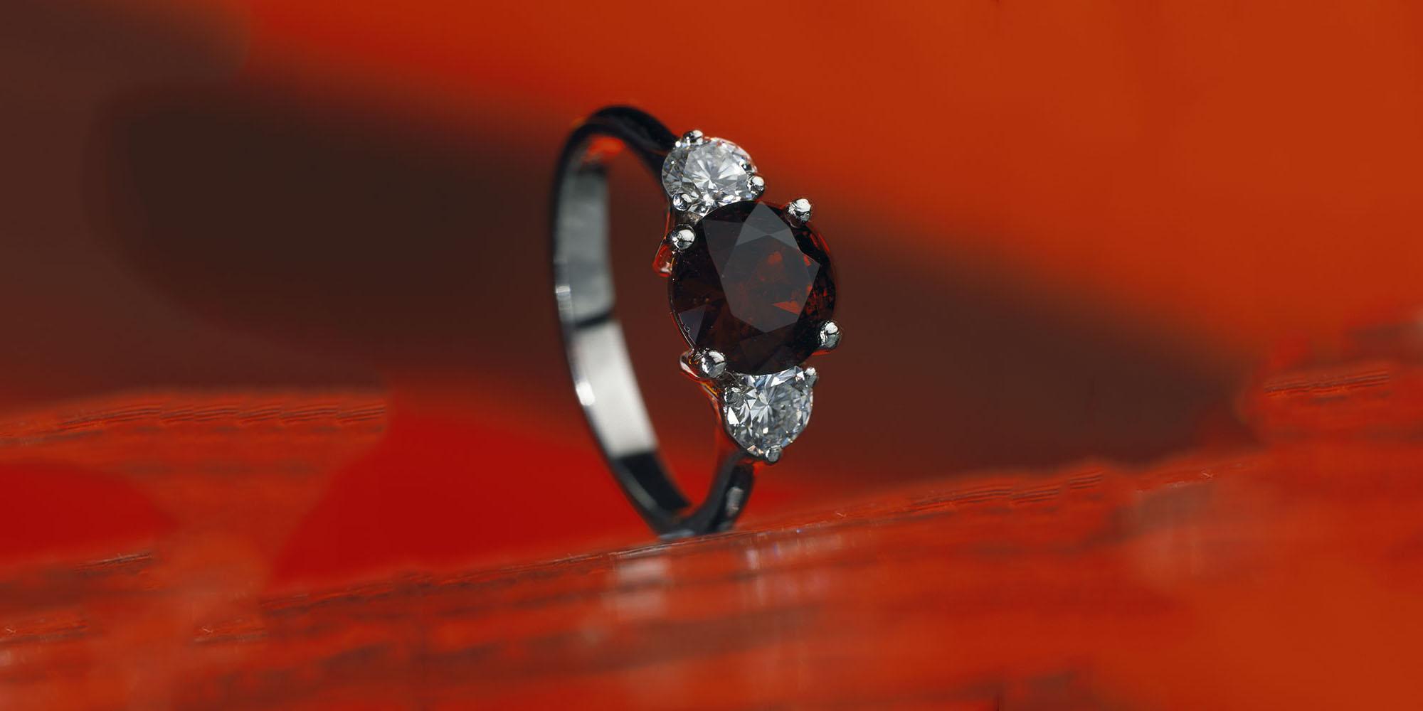 Prsten z bílého zlata s českým granátem a diamanty.