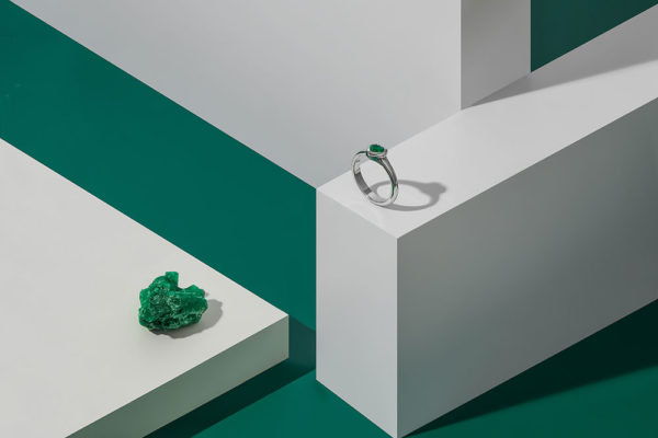 Prsten z bílého zlata se smaragdovým srdíčkem. Foto: www.esterstyl.cz