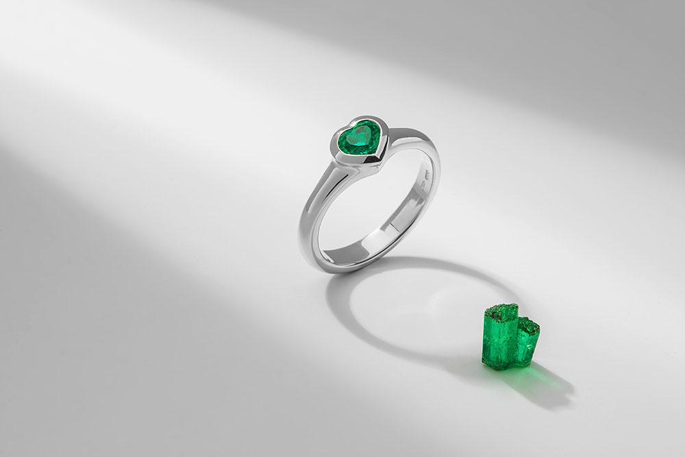 Esterstyl - prsten z bílého zlata se smaragdovým srdíčkem