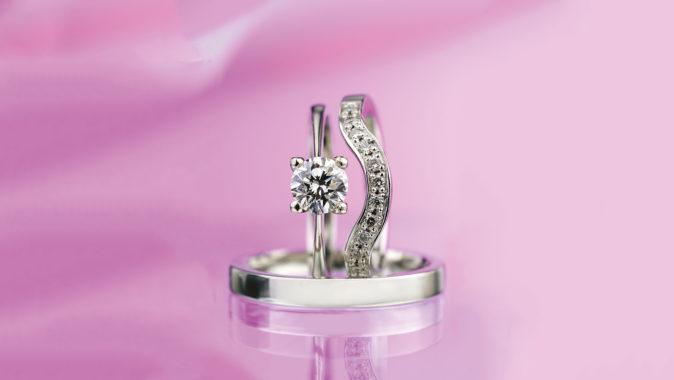 Svatební sada zásnubního a snubního prstenu z bílého zlata s diamanty. Foto: www.esterstyl.cz
