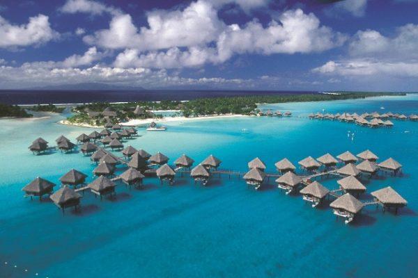 Bílý písek a tyrkysová voda. To jsou pláže na Bora Bora. Foto: www.cksen.cz