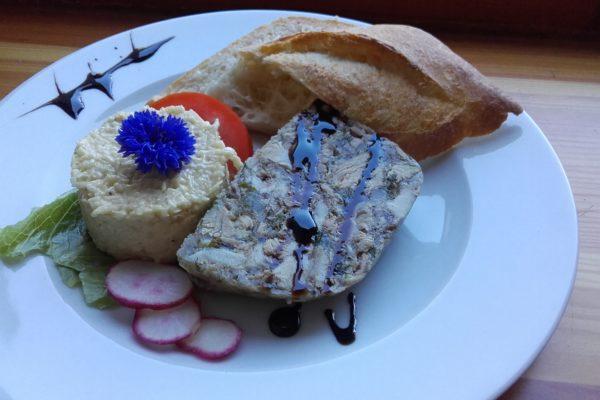 Domácí aspik s celerovou remuládou. Foto: www.nebespan.cz
