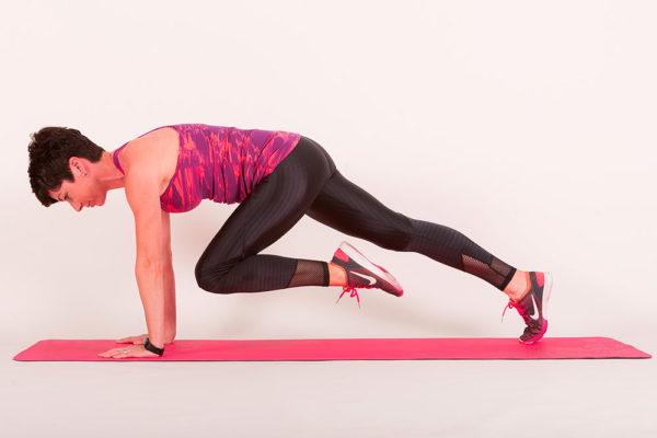 Horolezec. Tenhle cvik vypadá jednoduše, přitom aktivuje core, zpevní tělo a pomáhá snižovat nadváhu! Foto: www.fisaf.cz