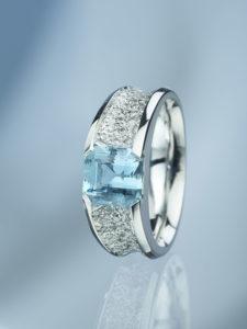 Dámský prsten z bílého zlata s aquamarinem a diamanty.