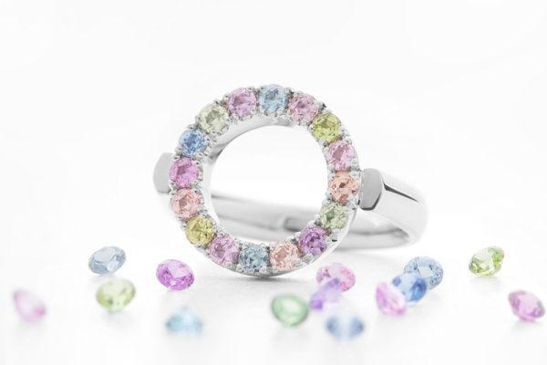 Barevné kameny mohou být elegantní, neokázalé. Foto: www.esterstyl.cz