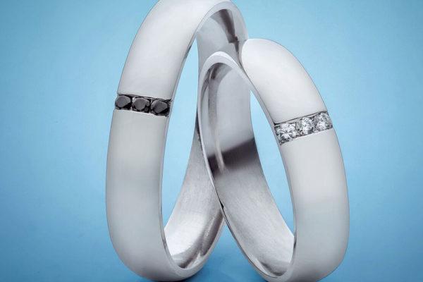 Ženy často chtějí kombinovat snubní prsten se zásnubním a nosit ho na jednom prstu. Foto: www.esterstyl.cz