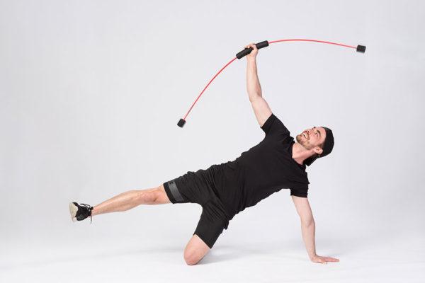 Cvičební pomůcka Flexi-bar vám zpestří cvičení. Foto: www.fitpainfreee.com