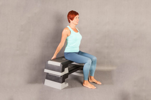 Sitting Leg Extensions 1. Cvik na protažení nohou a trupu. Foto: www.fitpainfree.com