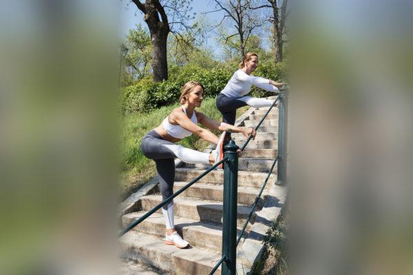Cvikem nazvaným Stairs Hamstring Stretch krásně protáhnete zadní stranu nohou. Foto: www.fitpainfree.com