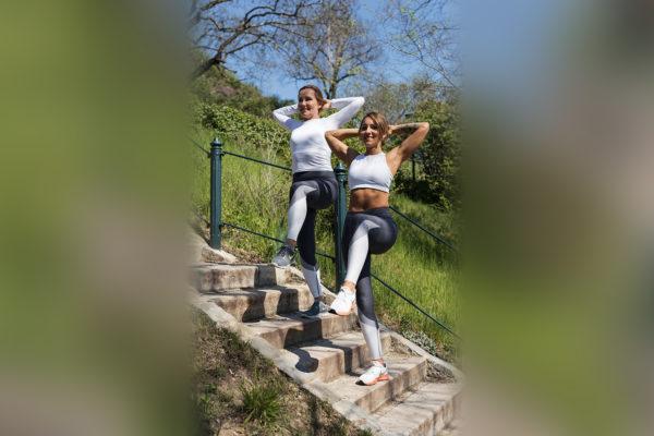 Cvikem Stairs Step-Ups Hands behind Head posilujeme především svaly stehenní, hýžďové, vzpřimovače páteře a celkovou stabilitu těla. Foto: www.fitpainfree.com