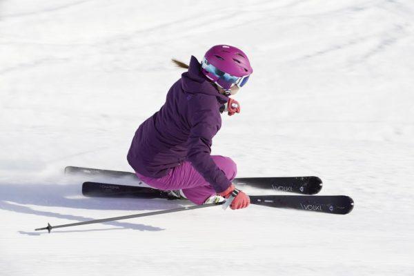Stylová a zároveň bezpečně vybavená lyžařka. Foto: Ski a Bike Centrum Radotín