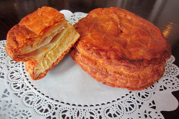Francouzský mandlový koláč s překvapením. Foto: www.nebespan.cz