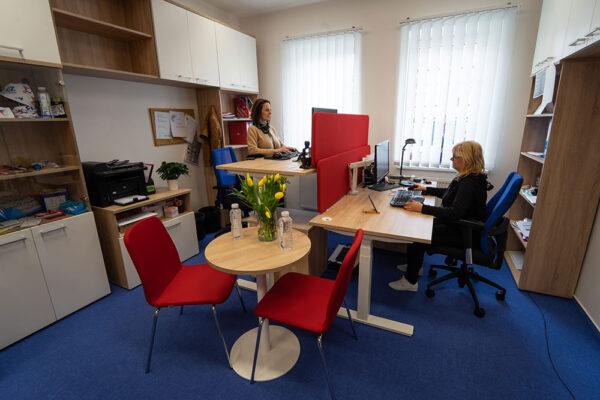 Výškově nastavitelné pracoviště, kvalitní osvětlení a pravidelné přestávky mezi prací podpoří naše zdraví a zlepší pracovní výkon! Foto: www.fisaf.cz