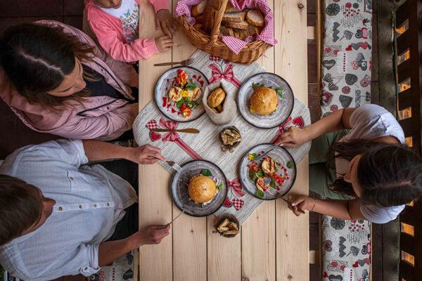 Vydejte se do Beskyd, kde vás čeká bezkonkurenční kuchyně s výhledem na romantické kopce i  originální laskominy. Foto: www.lanterna.cz