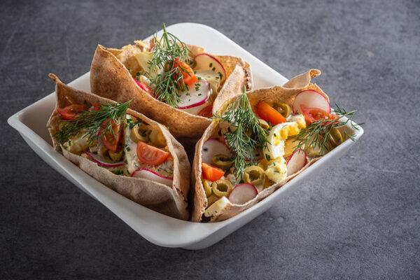 Vajíčkový salát s olivami v pita chlebu. Foto: www.lanterna.cz