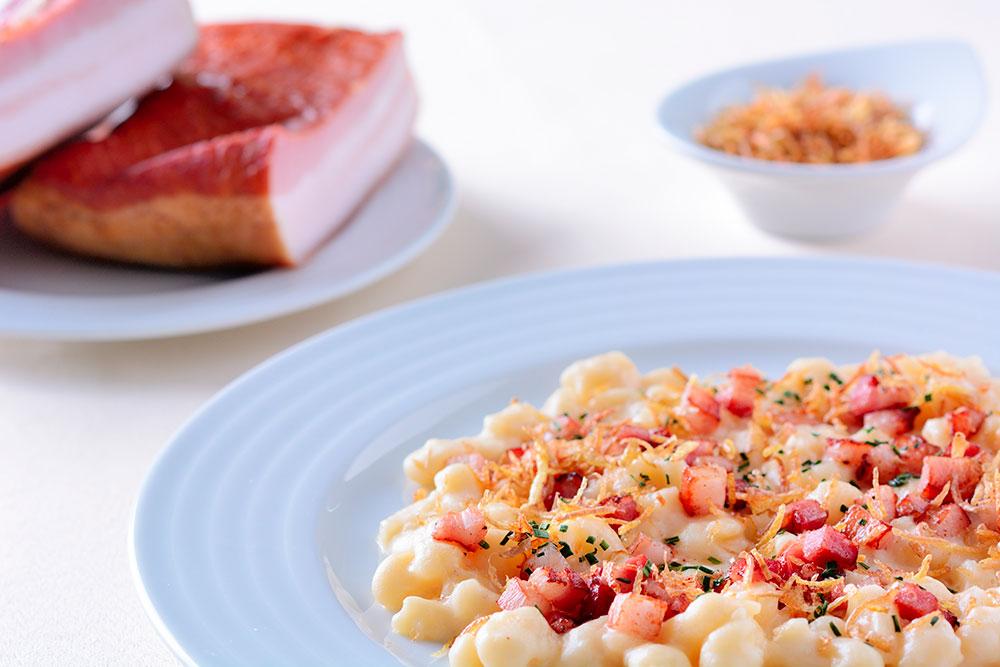 Halušky s restovanou slaninou, kopřivami a smetanou