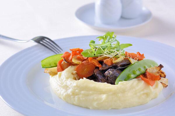 Hovězí líčka s pečenou kořenovou zeleninou. Foto: www.lanterna.cz