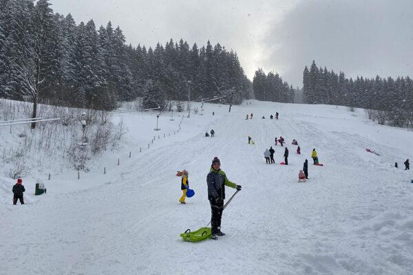 Na sjezdovce Razula se mohou vyřádit návštěvníci na sáňkách a bobech. Foto: www.valachy.cz