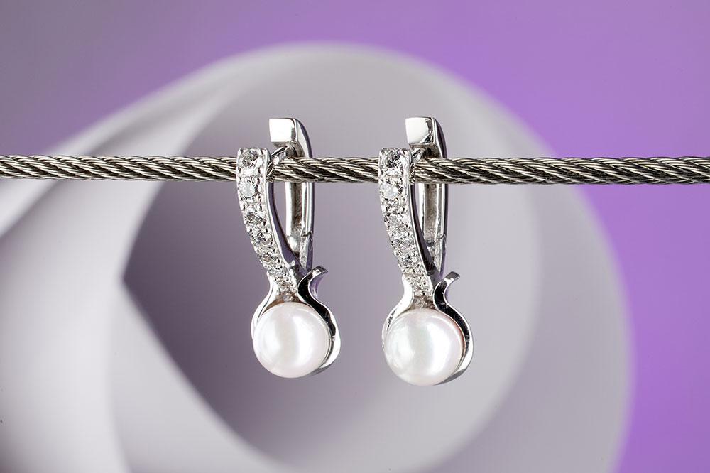 Náušnice z bílého zlata s bílými mořskými perlami.