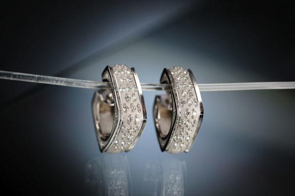 Náušníce z bílého zlata s diamanty. Foto: www.esterstyl.cz