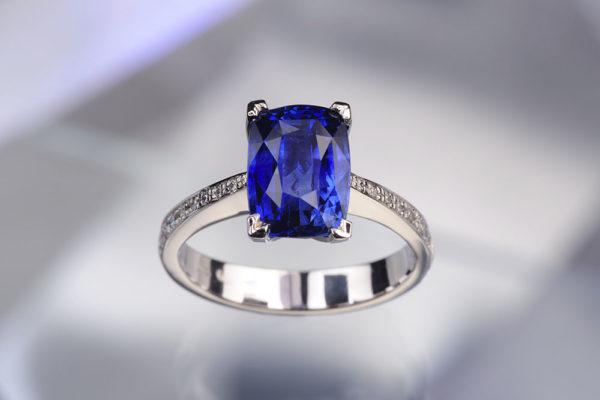 Platinový prsten s modrým safírem. Foto: www.esterstyl.cz