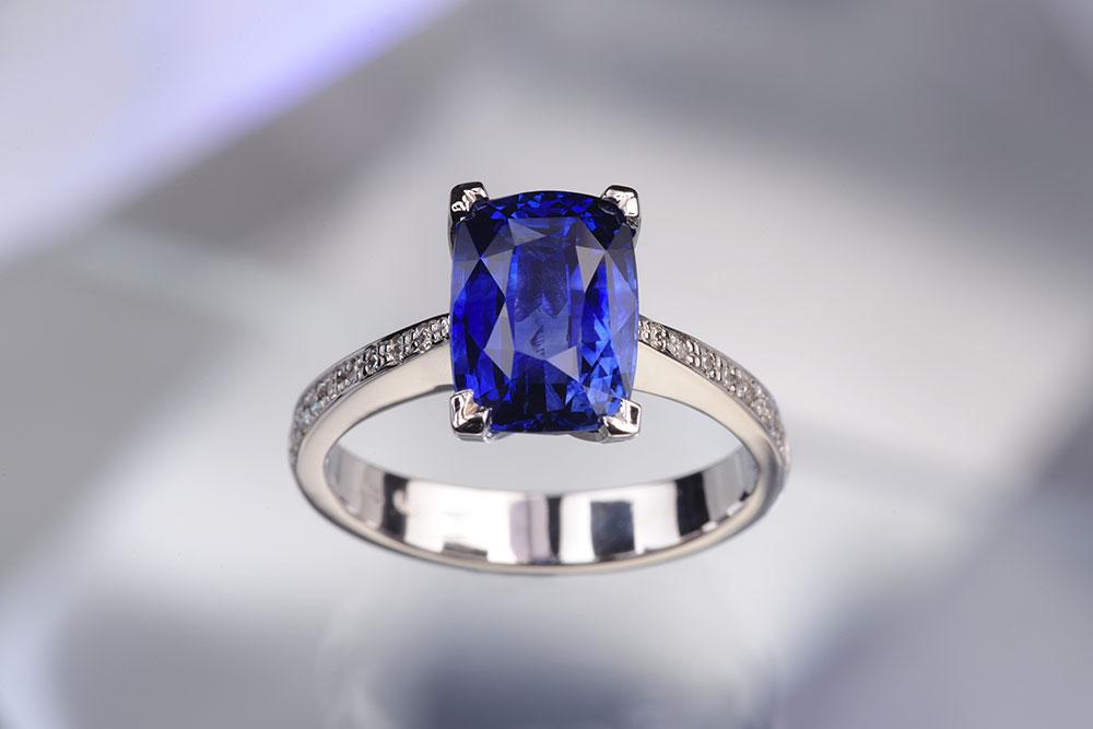 Platinový prsten s modrým safírem
