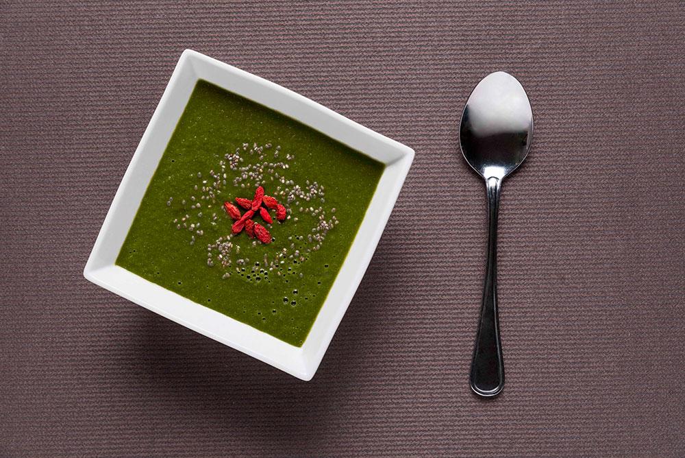 Polévka à la smoothie se špenátem, mladým ječmenem a chia semínky