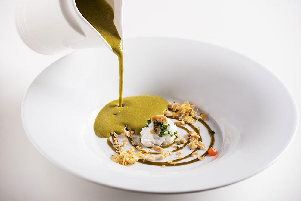 Krémová polévka s medvědím česnekem a zastřeným vejcem