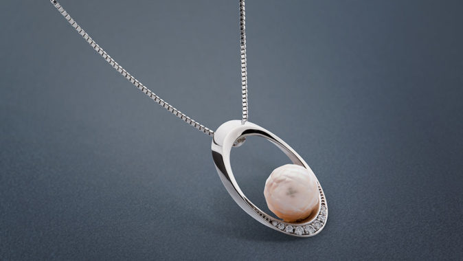 Přívěsek z bílého zlata s mořskou broušenou perlou. Foto: www.esterstyl.cz