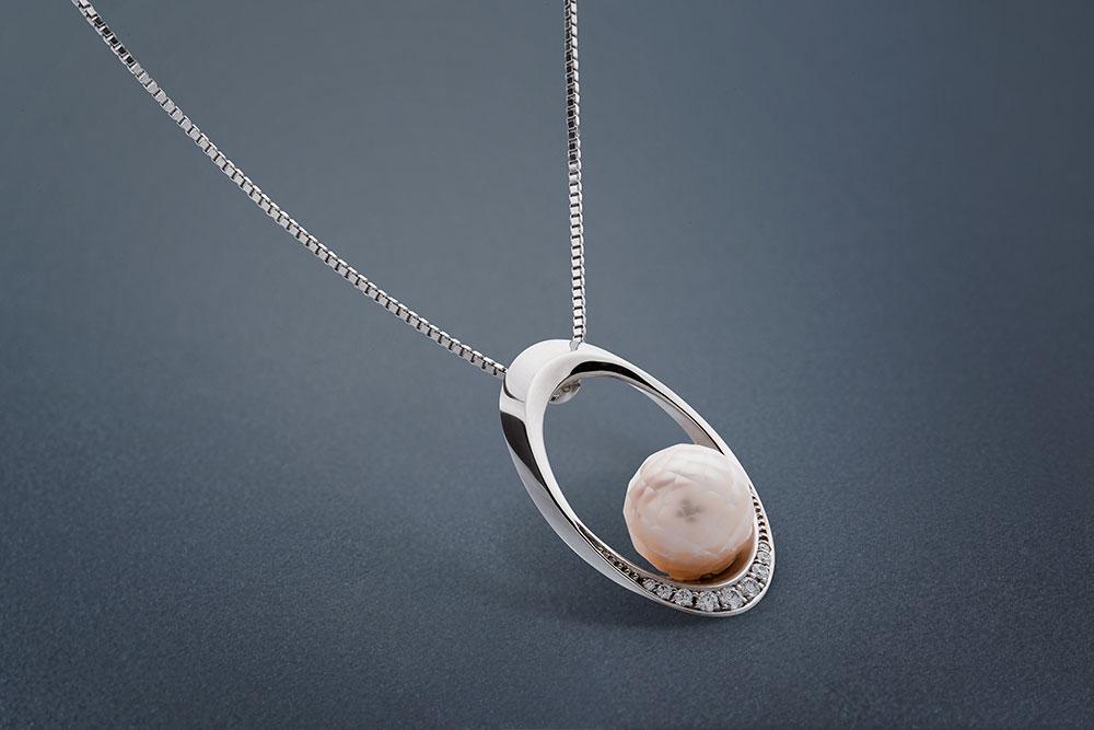 Přívěsek z bílého zlata s mořskou broušenou perlou.