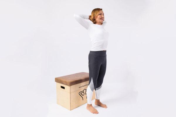 Během cviku se soustřeďte, aby byly lokty stále vzadu, lopatky u sebe, ramena od uší a kolena ve stejné šíři. Foto: www.fitpainfree.com