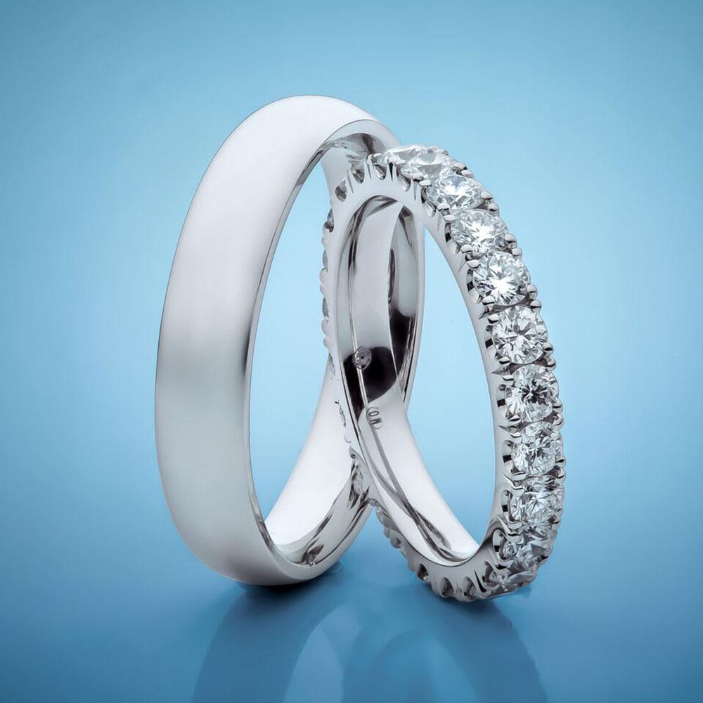 Snubní prsteny z bílého zlata osázené diamanty.