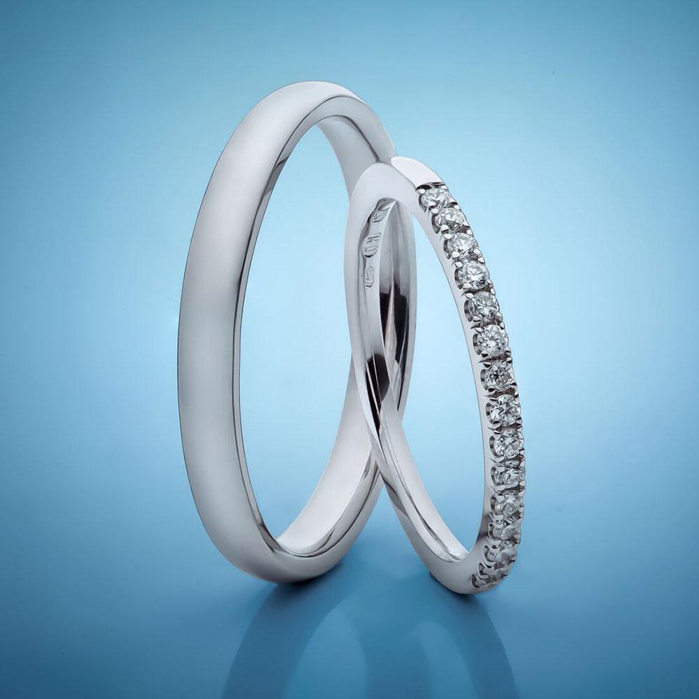 Snubní prsteny z platiny osázené drobnými diamanty.