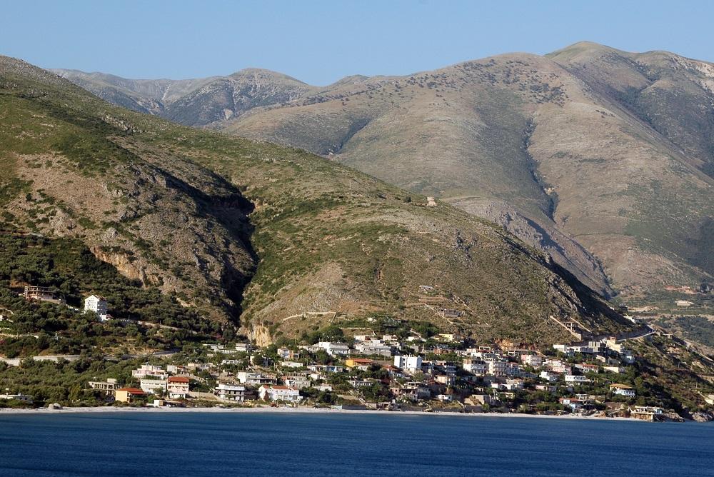 Albánie vesničky nad Sarandou