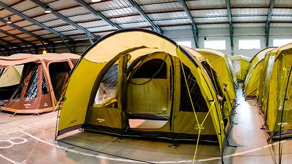 Pokud to jde, nechte si stany rozdělat a vyzkoušejte je – například na každoroční Výstavě stanů a vybavení do přírody. Foto: www.4camping.cz