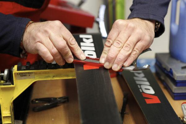 Workshop domácího servisu lyží, snowboardů a běžek ve Ski a Bike Centru Radotín. Foto: Ski a Bike Centrum Radotín