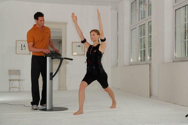 Cvičení pomocí metody EMS (Elektro Myo Stimulace svalů). Foto: Miha Bodytec